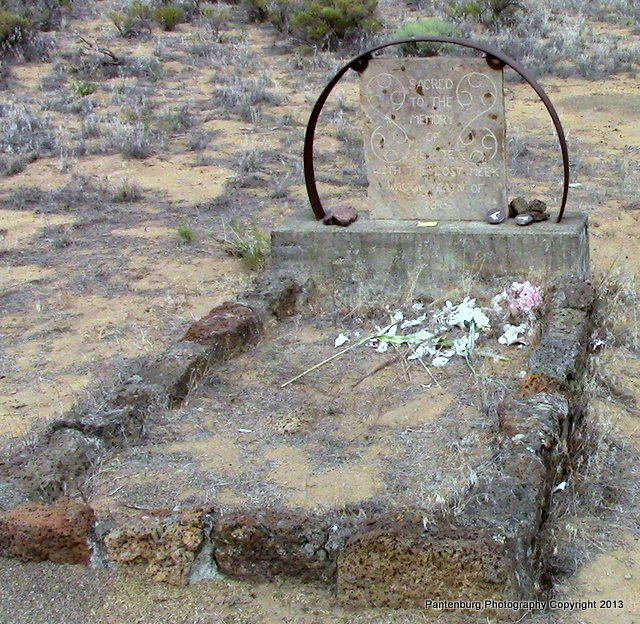 Meeks cutoff grave near Alfalfa, OR