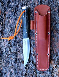 The sheath has magnets in it, and holds the blade securely.
